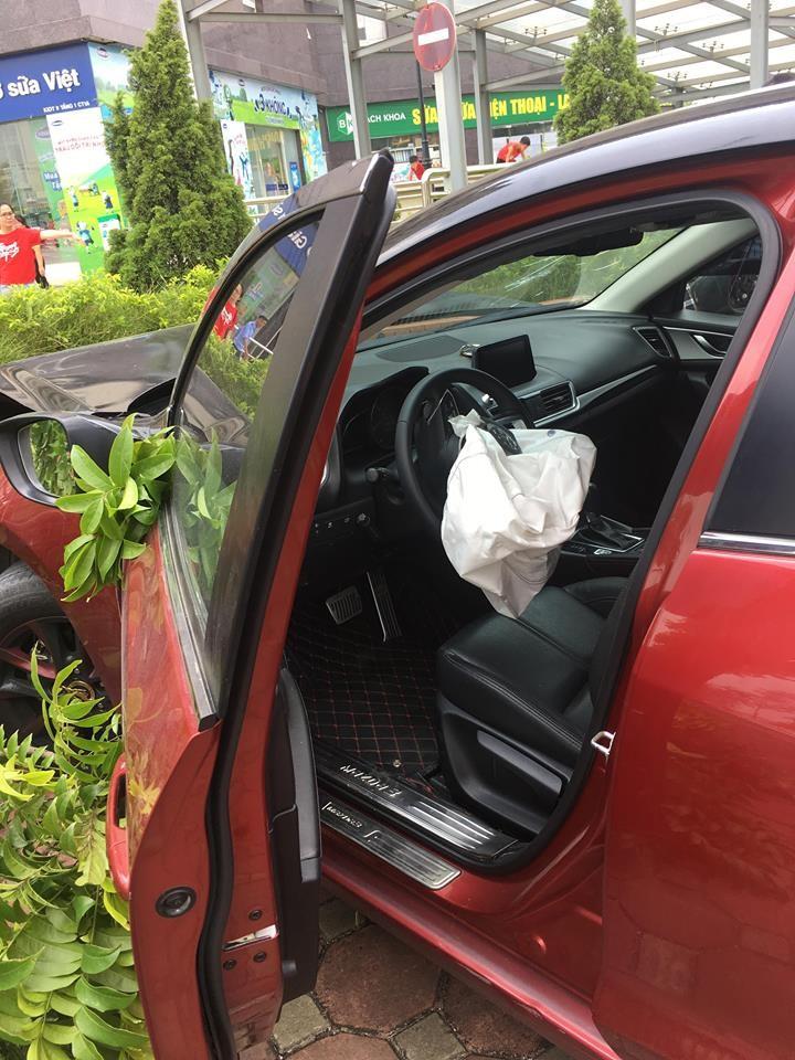 Vua bi phat, xe Mazda 3 lai dam lien hoan nao loan pho Ha Noi-Hinh-2