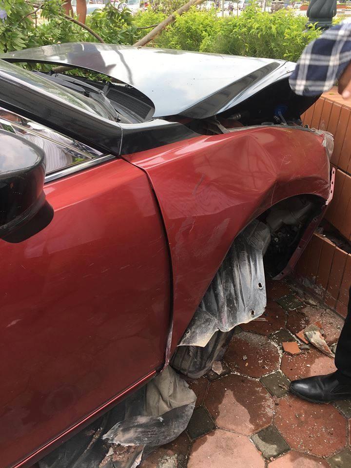 Vua bi phat, xe Mazda 3 lai dam lien hoan nao loan pho Ha Noi-Hinh-3