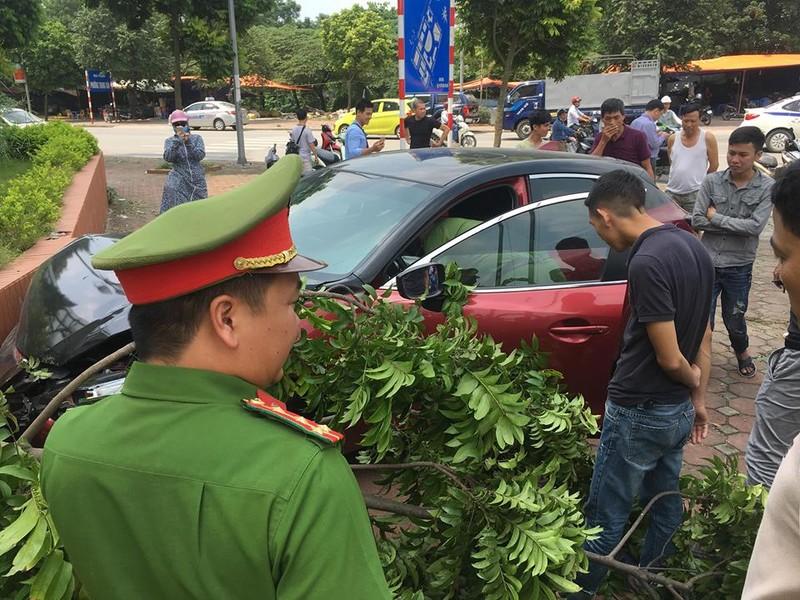 Vua bi phat, xe Mazda 3 lai dam lien hoan nao loan pho Ha Noi
