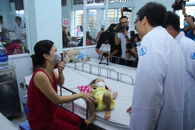 Pho Thu tuong thi sat cong tac chong dich tay chan mieng, soi tai TPHCM-Hinh-2