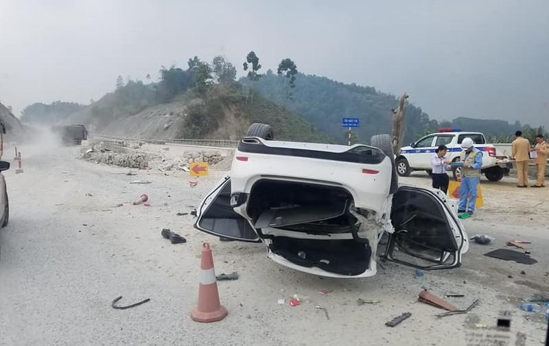 "O to Mazda 6 lat ""phoi bung"" tren cao toc Noi Bai - Lao Cai"