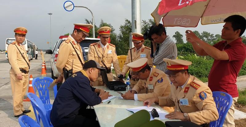 """Duong tinh voi ma tuy, tai xe cho biet """"chi hut thuoc la dien tu"""""""