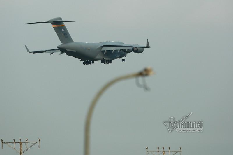 May bay van tai C-17 My lien tuc cat, ha canh tai Noi Bai