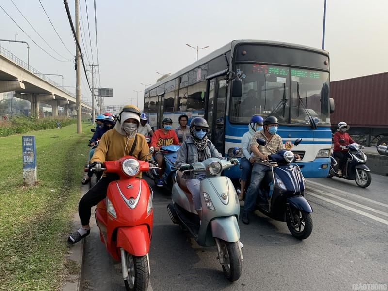 """Hang nghin xe container ken chat xe may, cung """"chon chan"""" tren Xa lo Ha Noi-Hinh-2"""