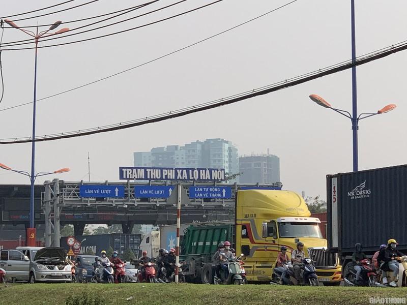 """Hang nghin xe container ken chat xe may, cung """"chon chan"""" tren Xa lo Ha Noi-Hinh-6"""