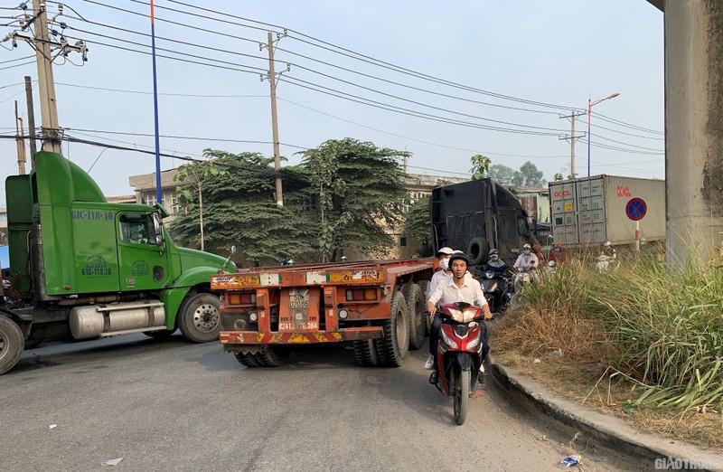 """Hang nghin xe container ken chat xe may, cung """"chon chan"""" tren Xa lo Ha Noi-Hinh-8"""