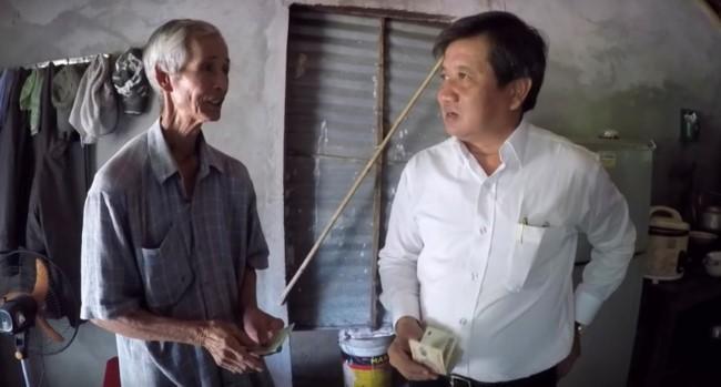 """Ong Doan Ngoc Hai """"coi ao quan"""" di lam viec thien"""