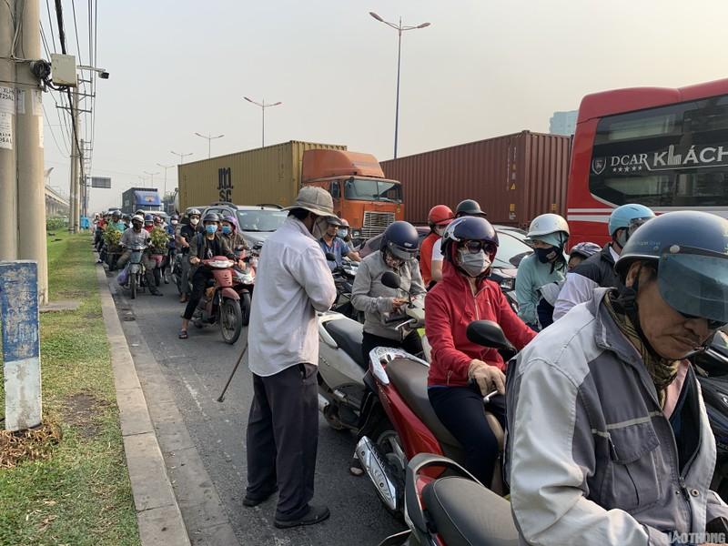 """Hang nghin xe container ken chat xe may, cung """"chon chan"""" tren Xa lo Ha Noi"""