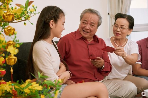 Con tre lay tien li xi tieu tet la chinh dang-Hinh-2
