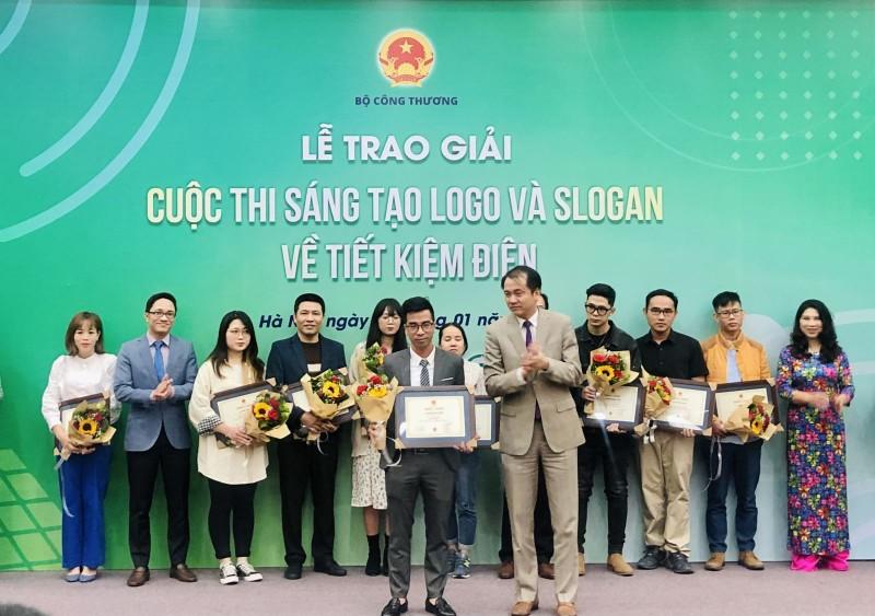 "Slogan ""Tiet kiem dien thanh thoi quen"" duoc Bo Cong Thuong trao giai"