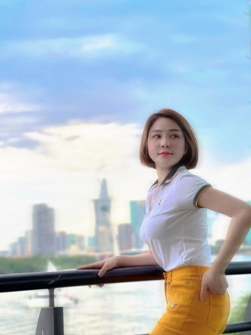 "Hotgirl Tram Anh khoe body ""cang det"" o be boi"