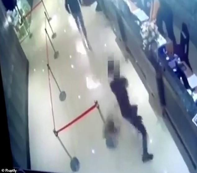 Video: Tha 1.000 con gian vao nha hang roi bo chay