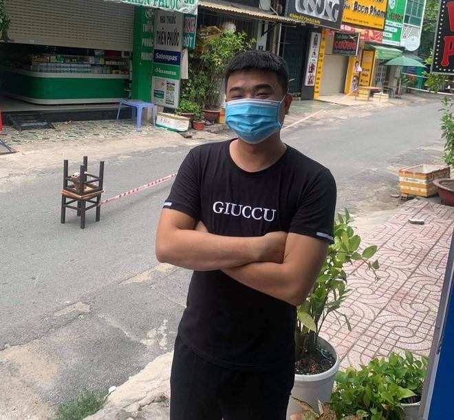 Chang trai o TP.HCM bi phong toa khi di mua do an sang cho ban gai