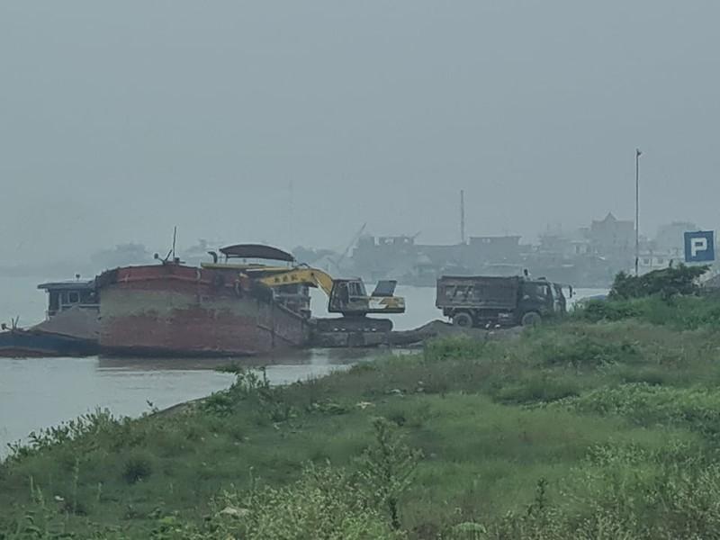 """Nam Dinh: Hanh lang de Huu Hong bi """"xe thit"""" nghiem trong"""
