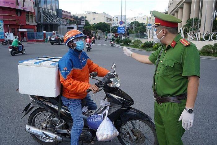 """Shipper duoc phep hoat dong tai quan huyen """"vung do"""" o TPHCM"""