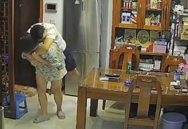 """Video: Vo """"tra thu"""" chong say xin khien dan mang phi cuoi-Hinh-3"""