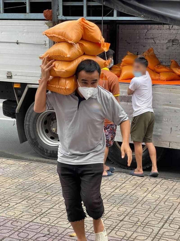 Quyen Linh lay tui ni long doi de phong dich khien fan xot xa-Hinh-2