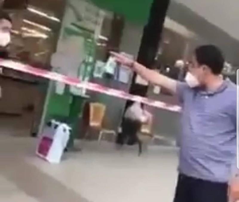 """Video: Nguoi xung la """"ban chi dao"""" quay o sieu thi, Bi thu Quan 7 noi gi?"""