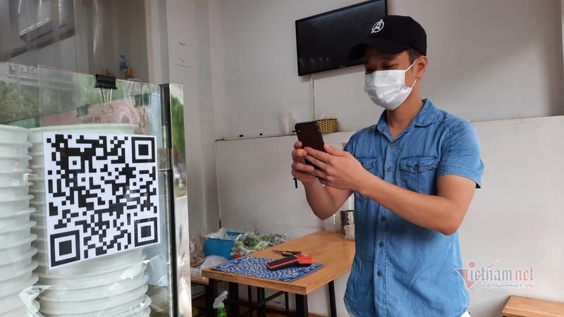 Hang quan Ha Noi thuc hien viec quet QR Code khi giao dich-Hinh-5