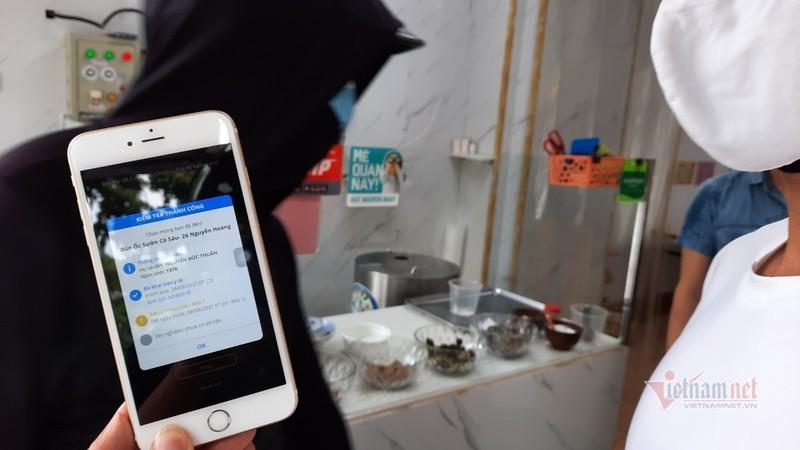 Hang quan Ha Noi thuc hien viec quet QR Code khi giao dich-Hinh-9
