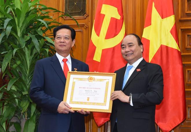 Nguyen Thu tuong Nguyen Tan Dung nhan huy hieu 50 nam tuoi Dang