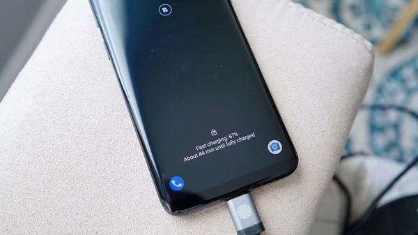 Ai cung nghi sac pin kieu nay hai smartphone nhung tat ca da nham-Hinh-2