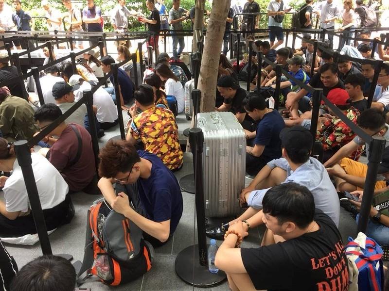 Chi em nguoi Viet dung dau hang nguoi cho mua iPhone moi tai Singapore-Hinh-4