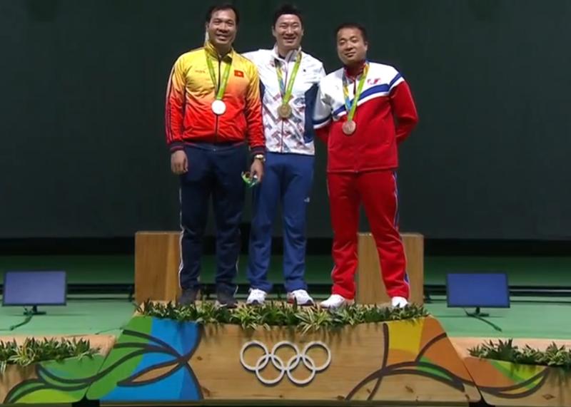 Hoang Xuan Vinh lo tam HCV Olympic Rio 2016 dang tiec-Hinh-3