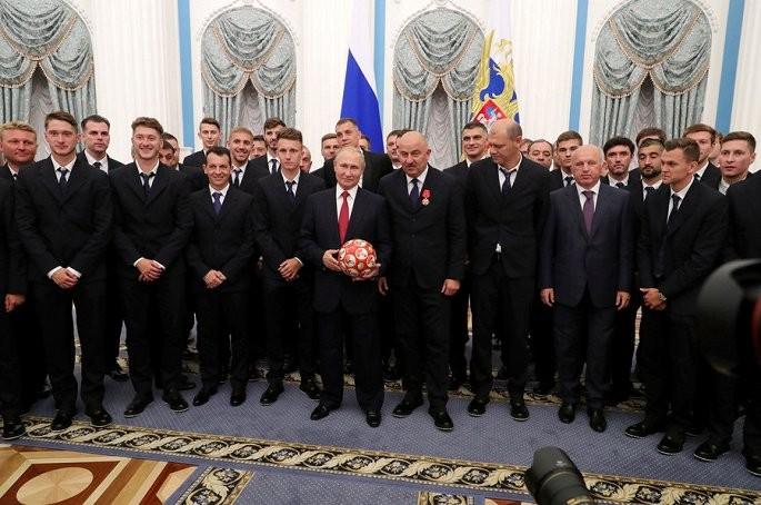 Vao tu ket World Cup 2018, tuyen Nga duoc Tong thong Putin tang huan chuong