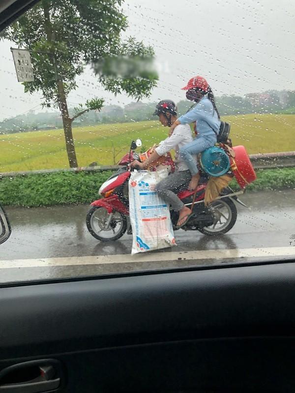 Thanh nien bi chi trich vi lieu linh de ban gai ngoi tren dong do sau xe