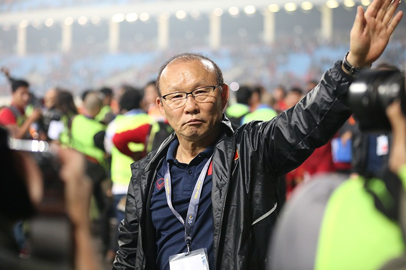 Lo ngai vong loai World Cup, fan Viet 'thuc' VFF gia han hop dong voi HLV Park Hang-seo