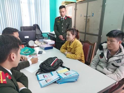 Nu cong nhan tuyen truyen Phap luan cong trai phep tai Quang Ninh