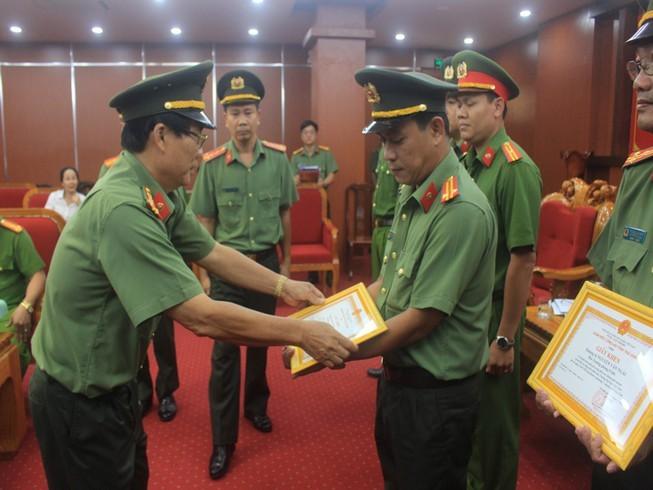 Pho giam doc cong an ngoi xe di giao tien cho nhom bat coc