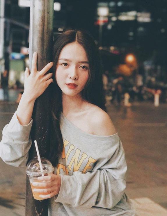 Hot girl Dai hoc Hoa Sen he moi cuoi ngam ma me-Hinh-2