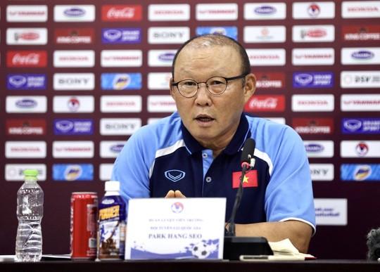 Giam luong HLV Park Hang Seo vi COVID-19: Thay the gioi ra sao?-Hinh-2