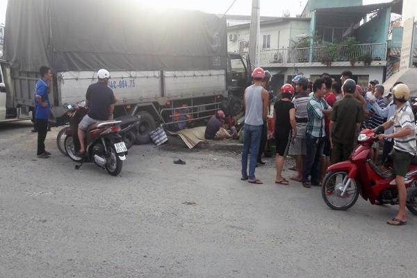 Video: Nguoi phu nu ban hot ga nuong ven duong bi xe tai tong chet