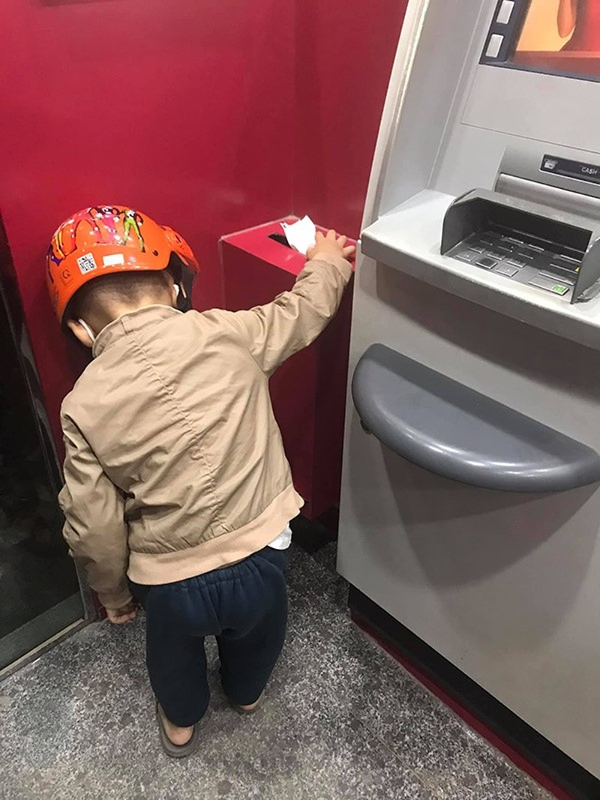 Hanh dong cua be trai hon 4 tuoi tai cay ATM gay sot-Hinh-2