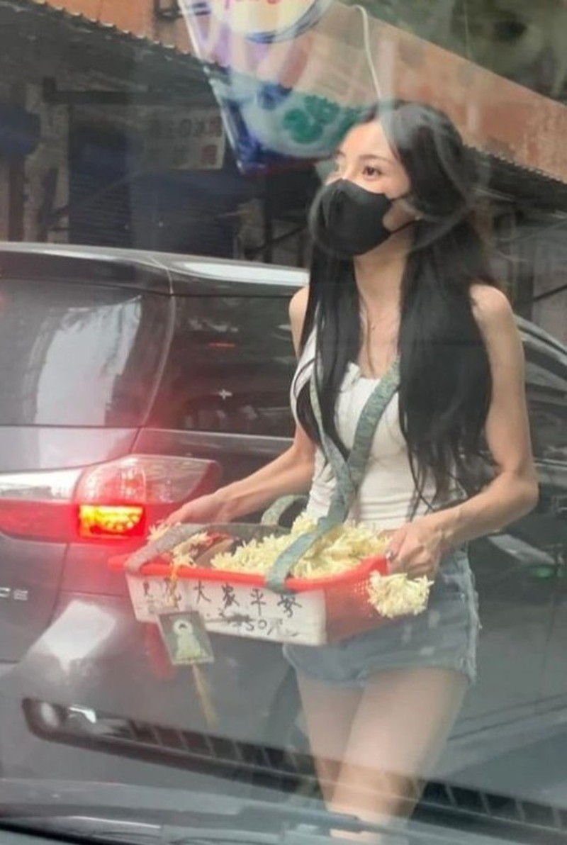 Nu streamer Dai Loan gay chu y khi di ban dao tren pho-Hinh-2