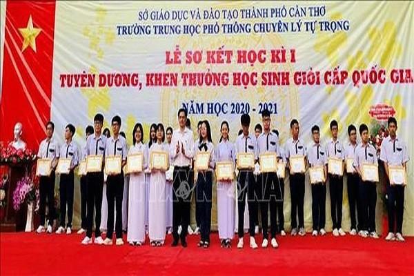 Bo Giao duc tang bang khen cho 1.355 hoc sinh gioi quoc gia