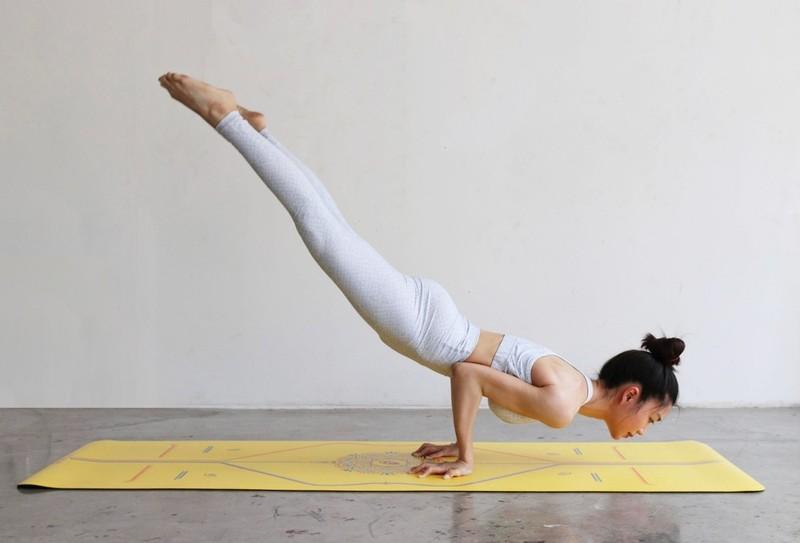 Ben duyen voi Yoga, nu tiep vien hang khong khoe body van nguoi them-Hinh-3