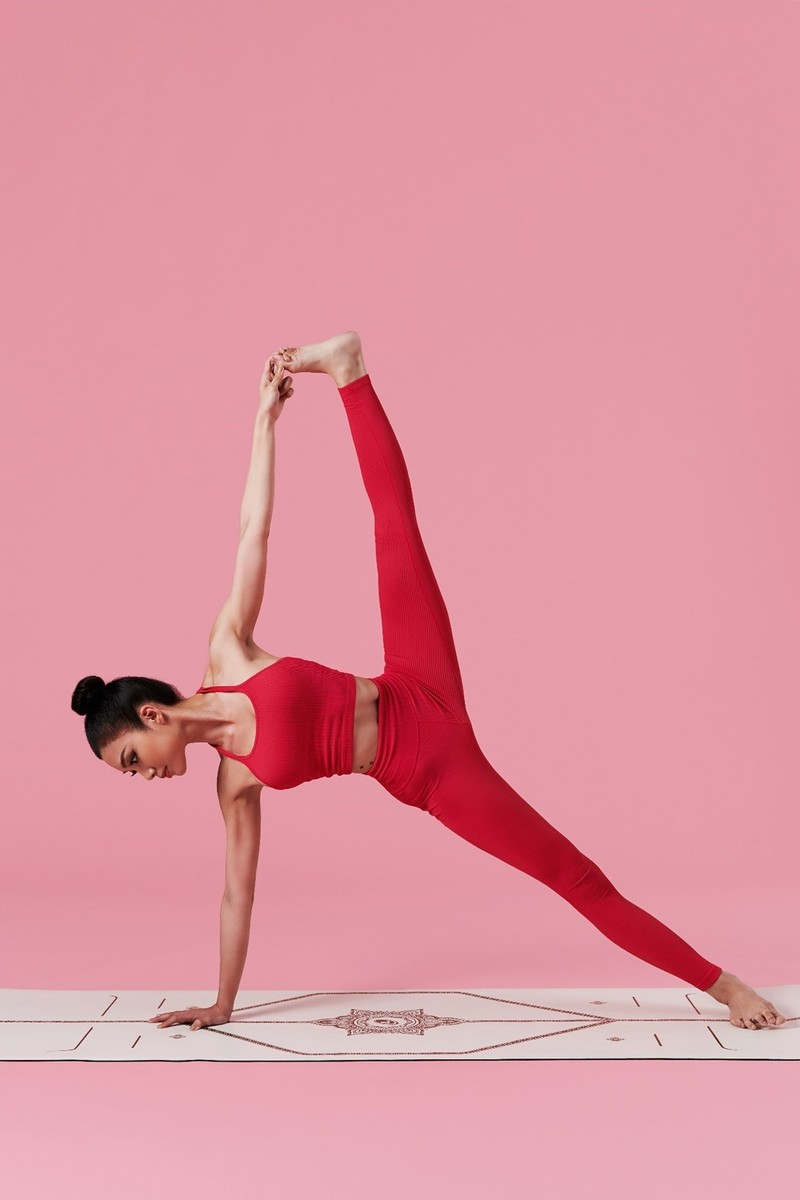 Ben duyen voi Yoga, nu tiep vien hang khong khoe body van nguoi them-Hinh-4