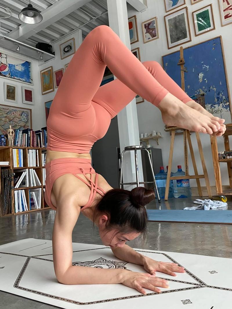 Ben duyen voi Yoga, nu tiep vien hang khong khoe body van nguoi them-Hinh-7