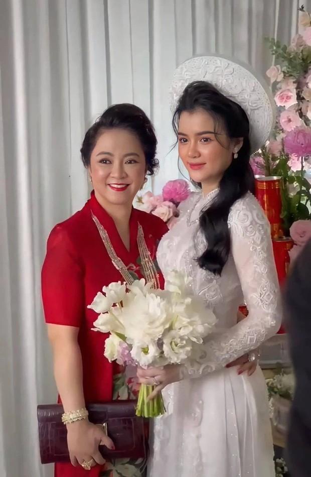 Mo lai Facebook, con dau ba Phuong Hang bat ngo co dong thai la