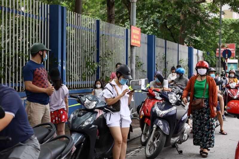 Van con canh phu huynh cho con dong duc truoc cong truong thi, khong dam bao gian cach-Hinh-2