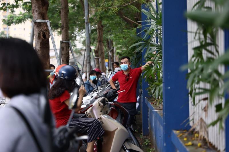 Van con canh phu huynh cho con dong duc truoc cong truong thi, khong dam bao gian cach-Hinh-4