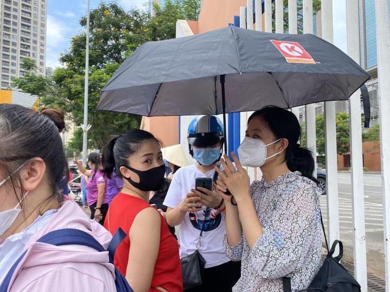 Van con canh phu huynh cho con dong duc truoc cong truong thi, khong dam bao gian cach-Hinh-6