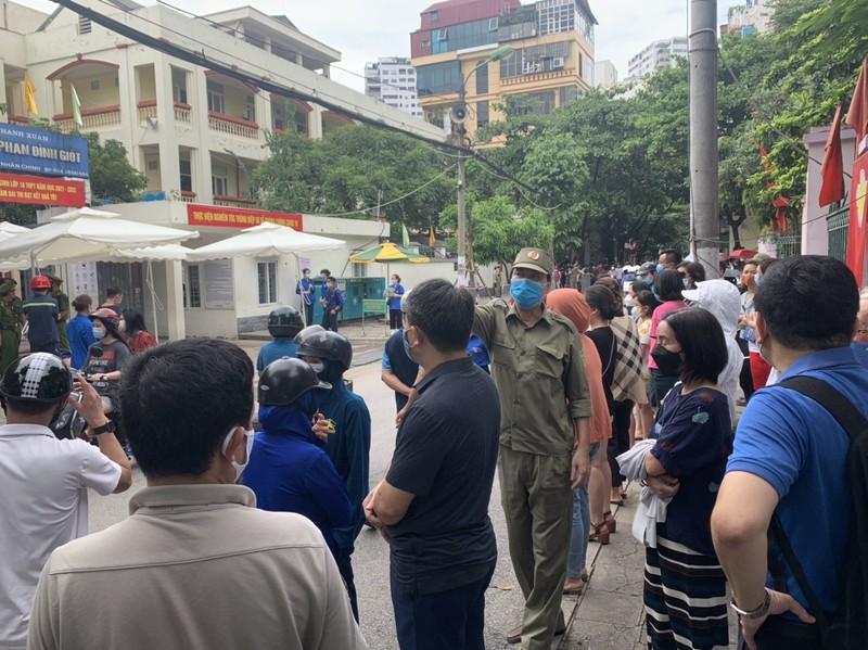 Van con canh phu huynh cho con dong duc truoc cong truong thi, khong dam bao gian cach-Hinh-9