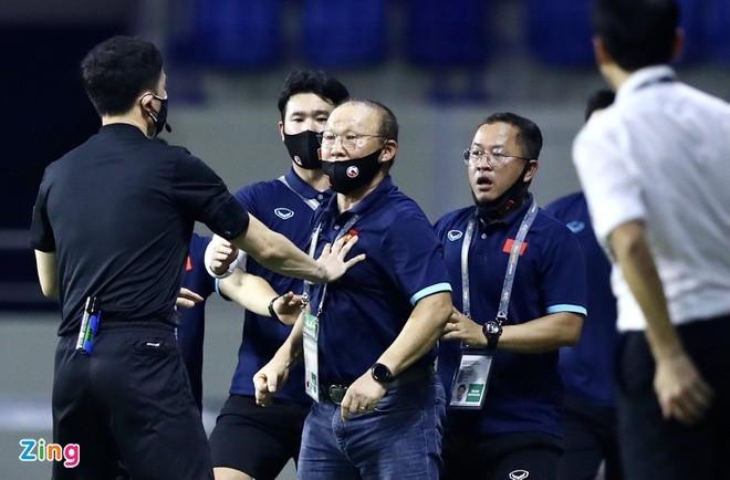 HLV Park Hang Seo bi cam chi dao o tran Viet Nam gap UAE