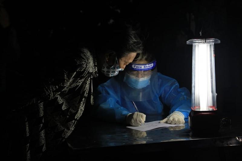 """""""Vaccine nghia tinh"""" cua nguoi Sai Gon giua vung phong toa-Hinh-2"""