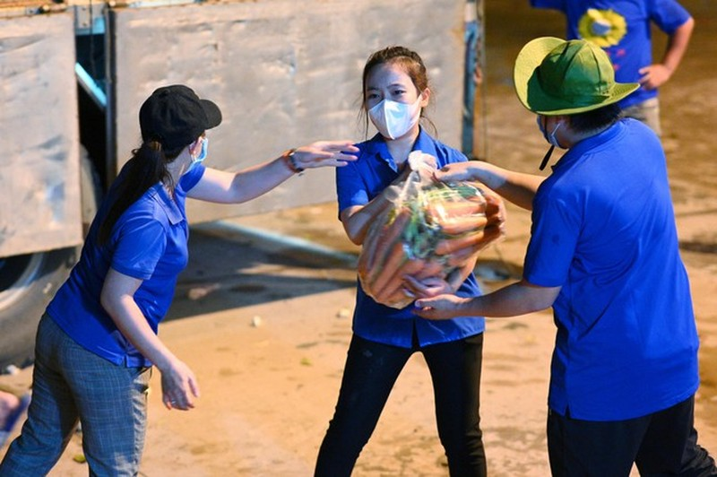 Xuyen dem boc do hang chuc tan rau cu cho nguoi dan khu cach ly-Hinh-2